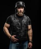 Portreta rowerzysty Przystojny Brodaty mężczyzna w skórzanej kurtce i hełmie fotografia stock