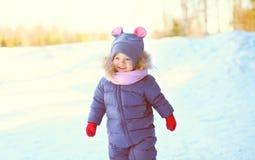 Portreta rozochocony małe dziecko na śniegu w zimie zdjęcia stock