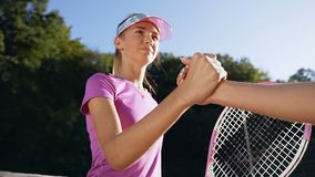Portreta strzał śliczny dziewczyny chwianie oddaje tenisowego sądu sieć inna dziewczyna zdjęcie wideo