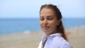 Portreta styl życia Kaukaskie kobiety na plaży pojęcie zdrowy styl życia i odtwarzanie, zbiory wideo