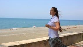 Portreta styl życia Kaukaskie kobiety na plaży pojęcie zdrowy styl życia i odtwarzanie, zdjęcie wideo