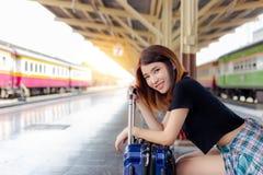 Portreta szczęścia podróżnika piękna kobieta Ładna dziewczyna dostaje siedządzą fotografia stock
