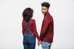 Portreta tylni widok młode afro amerykańskie pary mienia ręki odizolowywać na białym tle Obraz Royalty Free