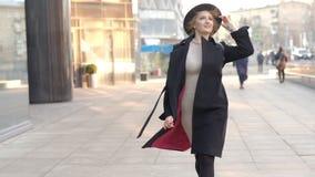 Portreta u?miechu m?oda atrakcyjna kobieta w kapeluszu i czarny ?akieta odprowadzenia puszek ulica przy centrum miasta czujemy sz zbiory