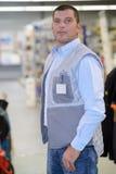 Portreta w średnim wieku pracownik jest ubranym odznakę Obraz Royalty Free