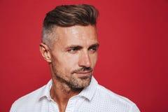 Portreta zbliżenie dorosły mężczyzna 30s w biały koszulowy patrzeć na boku, zdjęcia stock