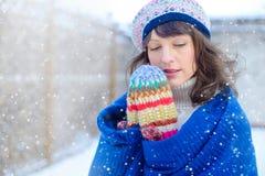 portreta zima kobiety potomstwa Piękno Radosna Wzorcowa dziewczyna dotyka jej twarzy skórę i śmia się, mieć zabawę w zima parku b Obrazy Stock