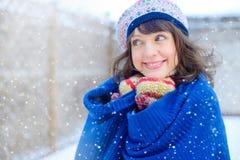 portreta zima kobiety potomstwa Piękno Radosna Wzorcowa dziewczyna dotyka jej twarzy skórę i śmia się, mieć zabawę w zima parku b Obraz Stock