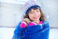 portreta zima kobiety potomstwa Piękno Radosna Wzorcowa dziewczyna dotyka jej twarzy skórę i śmia się, mieć zabawę w zima parku b Fotografia Stock