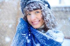 portreta zima kobiety potomstwa Piękno Radosna Wzorcowa dziewczyna dotyka jej twarzy skórę i śmia się, mieć zabawę w zima parku b Zdjęcie Royalty Free