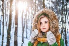 portreta zima kobiety potomstwa W g?r? portreta szcz??liwa dziewczyna Wyra?a? positivity, prawdziwe brightful emocje zdjęcie royalty free