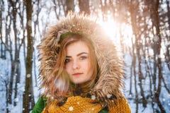 portreta zima kobiety potomstwa W g?r? portreta szcz??liwa dziewczyna Wyra?a? positivity, prawdziwe brightful emocje fotografia stock