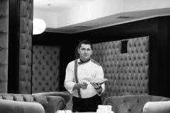 Portretchef-kok die een schotel bij het hotelrestaurant, presentatie voorstellen van de schotel door de chef-kok zwart-witte tone royalty-vrije stock afbeeldingen