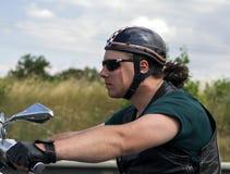 Portretfietser die snel op zijn motor berijden Het effect van het snelheidsonduidelijke beeld Royalty-vrije Stock Foto