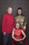 Portretgrootouders en kleinzoon in traditionele Chinese kleding stock afbeeldingen