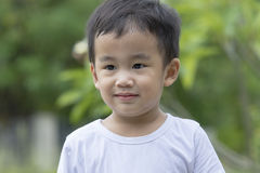 Portrethoofd van Aziatische kinderen wordt geschoten die gezicht glimlachen dat tegen groen Royalty-vrije Stock Foto's