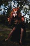 Portretmeisje met rood haar en bloedige gezichtsvampier, moordenaar, psycho, Halloween-thema, bloedige vrouw Royalty-vrije Stock Afbeelding