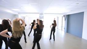 Portretmening van jonge vrouwen die in modelschool dansen stock video