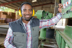 Portretmens die industriële machines in werking stellen royalty-vrije stock fotografie