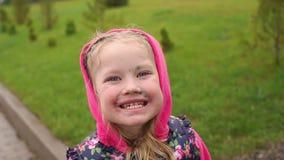 Portreto meisje met waterpokken op gezicht stock video