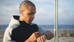 Portretpf volwassen Afrikaans Amerikaans zeker model Gezicht van volwassen mannetje stock video