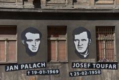 Portretten en data van geboorte en dood van Jan Palach en Josef Toufar op Legerova-straat in Praag, Tsjechische Republiek royalty-vrije stock fotografie