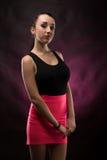 Portretten mooi meisje in de studio stock afbeeldingen