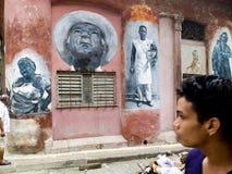 Portretten op een muur worden geschilderd die stock foto