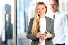 Portretten van bedrijfsvrouw en de mens die zich dichtbij venster bevinden Royalty-vrije Stock Foto's
