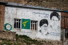 Portretten van de presidenten van Iran op de muur stock fotografie
