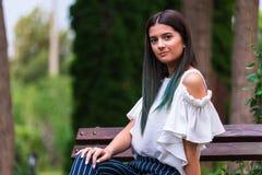 Portretten van een mooi jong meisje in een groene tuin royalty-vrije stock foto