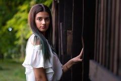Portretten van een mooi jong meisje in een groene tuin royalty-vrije stock fotografie