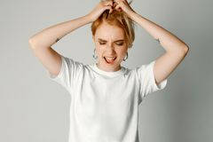 Portretten van een mooi meisje met een kort kapsel op een witte achtergrond in een witte T-shirt royalty-vrije stock foto