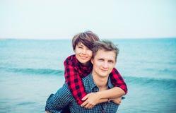 Portretten van gelukkig romantisch paar op het overzeese strand die elkaar omhelzen Concept minnaars gelukkige ogenblikken op vak Stock Afbeeldingen