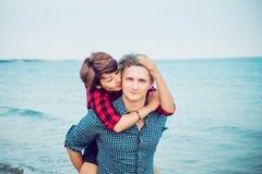 Portretten van gelukkig romantisch paar op het overzeese strand die elkaar omhelzen Concept minnaars gelukkige ogenblikken op vak Stock Fotografie