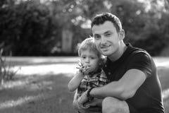 Portretten van gelukkige Europese familie van twee mensen die pret buiten op mooi de zomer of de lente groen gebied hebben De pap stock afbeeldingen