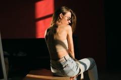 Portretten van mooi donkerbruin meisje in zonnebril stock foto's