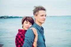 Portretten van romantisch paar op het overzeese strand die elkaar omhelzen Concept minnaars gelukkige ogenblikken op vakantie, va Stock Foto's