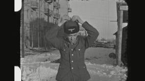 Portretten van Twee Duitse Militairen in openlucht in de Sneeuw stock videobeelden