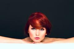 Portrettering van aantrekkelijke jonge vrouwelijke modelvrouw Stock Fotografie