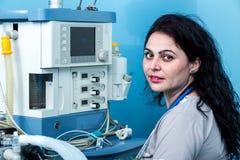Portrettering van een jonge vrouwelijke anesthesiologist in E r Royalty-vrije Stock Afbeeldingen