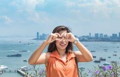 Portretvrouw en Cityscape meningspunt van Pattaya-stranden stock foto's