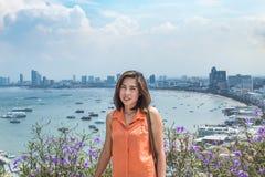 Portretvrouw en Cityscape meningspunt van Pattaya-stranden royalty-vrije stock foto's