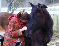 Portretvrouw en paard in openlucht vrouw het koesteren stock fotografie