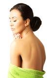Portretvrouw in handdoek wat betreft kin wordt verpakt die Stock Foto