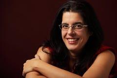 Portretvrouw het glimlachen met dient haar gezicht in Royalty-vrije Stock Afbeelding