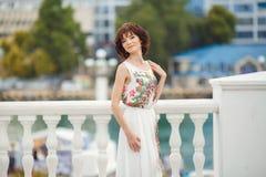 Portretvrouw op de straat tijdens de zomer Royalty-vrije Stock Afbeelding