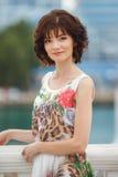 Portretvrouw op de straat tijdens de zomer Royalty-vrije Stock Foto