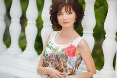 Portretvrouw op de straat tijdens de zomer Stock Afbeeldingen
