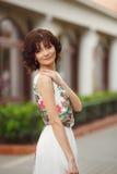 Portretvrouw op de straat tijdens de zomer Stock Foto